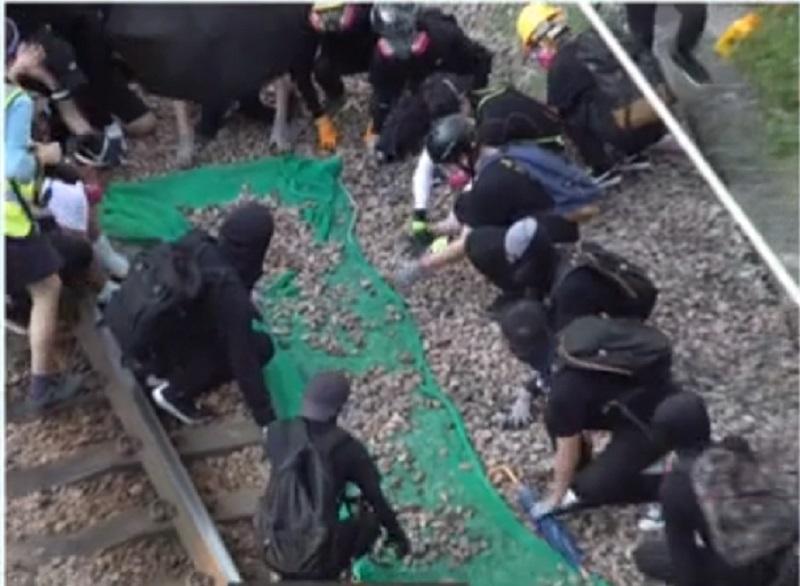 示威者破壞車站設施。有線新聞截圖