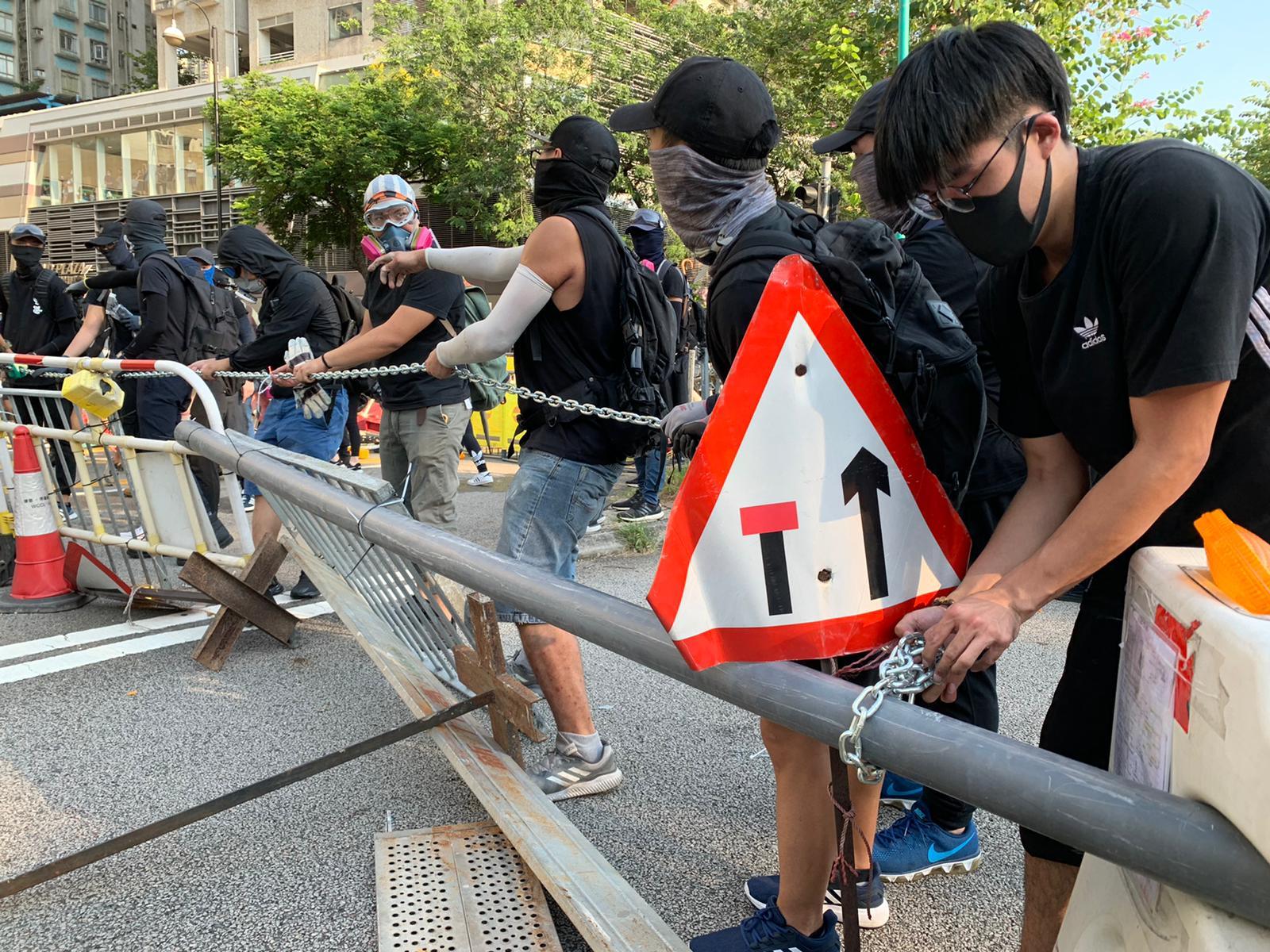 示威者繼續破壞設施設置路障