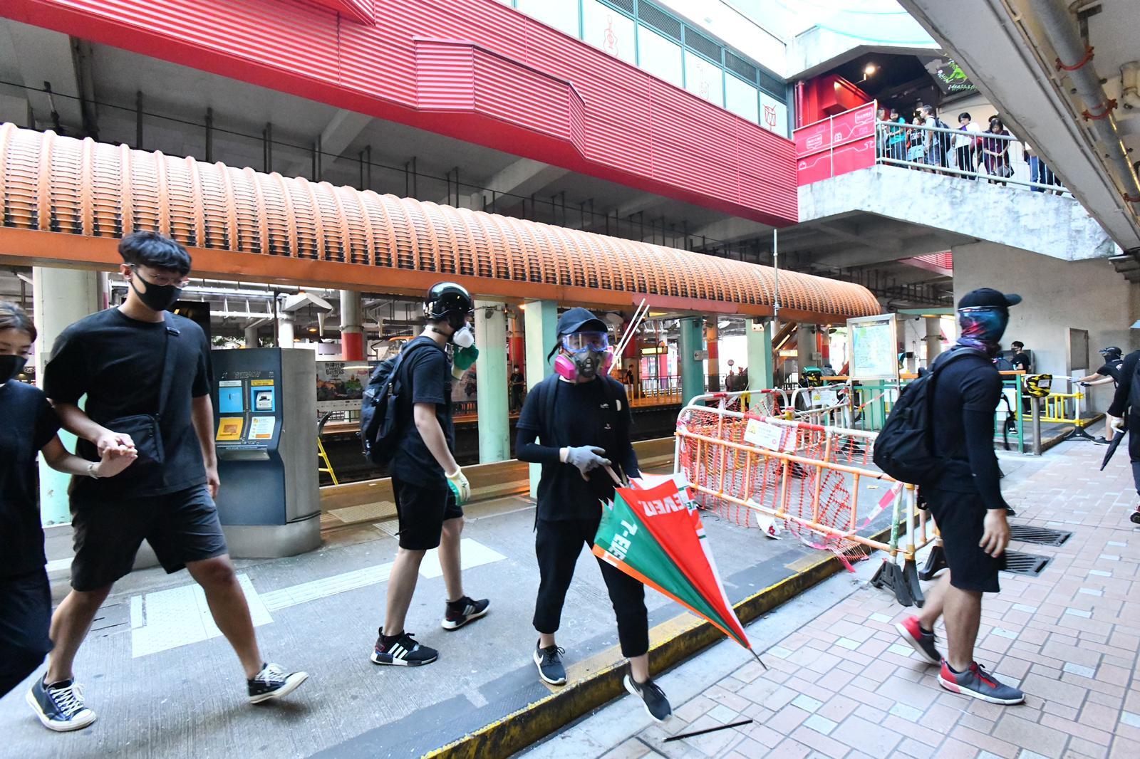 有示威者大肆破壞輕鐵站。