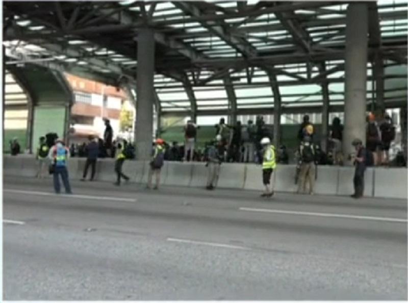 示威者堵塞屯門公路。有線新聞截圖