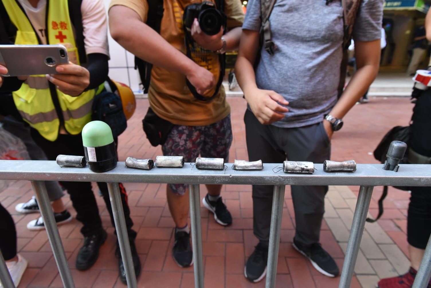 【修例風波】示威者擲汽油彈焚燒雜物 警方放催淚彈後舉橙旗