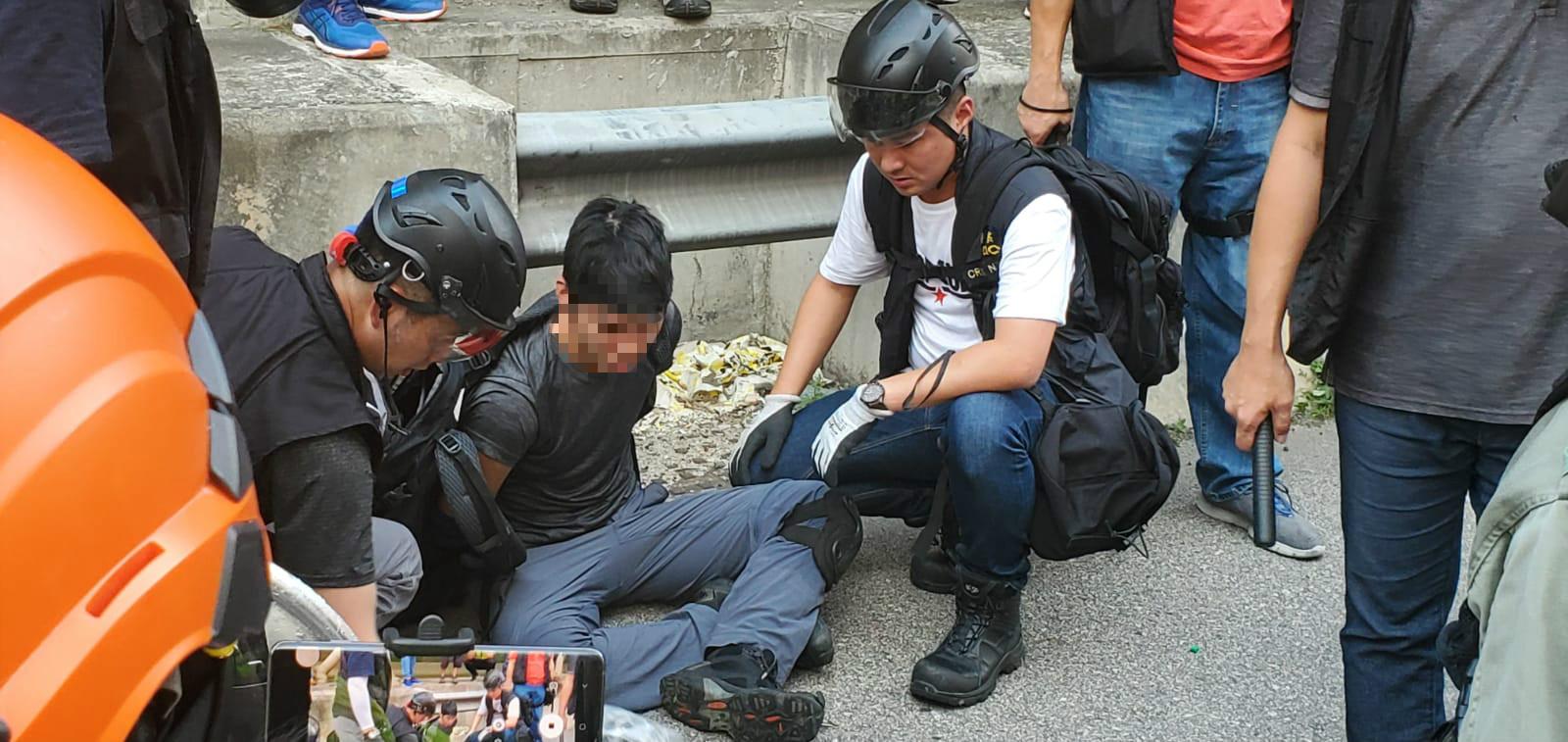 屯門防暴警察制服多人。