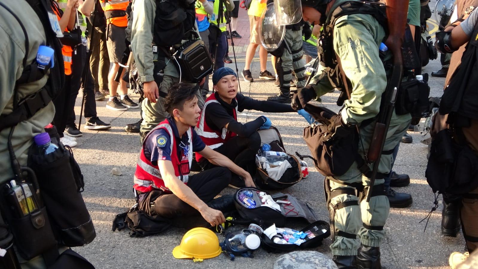 部份示威者坐在地上,未有反抗。