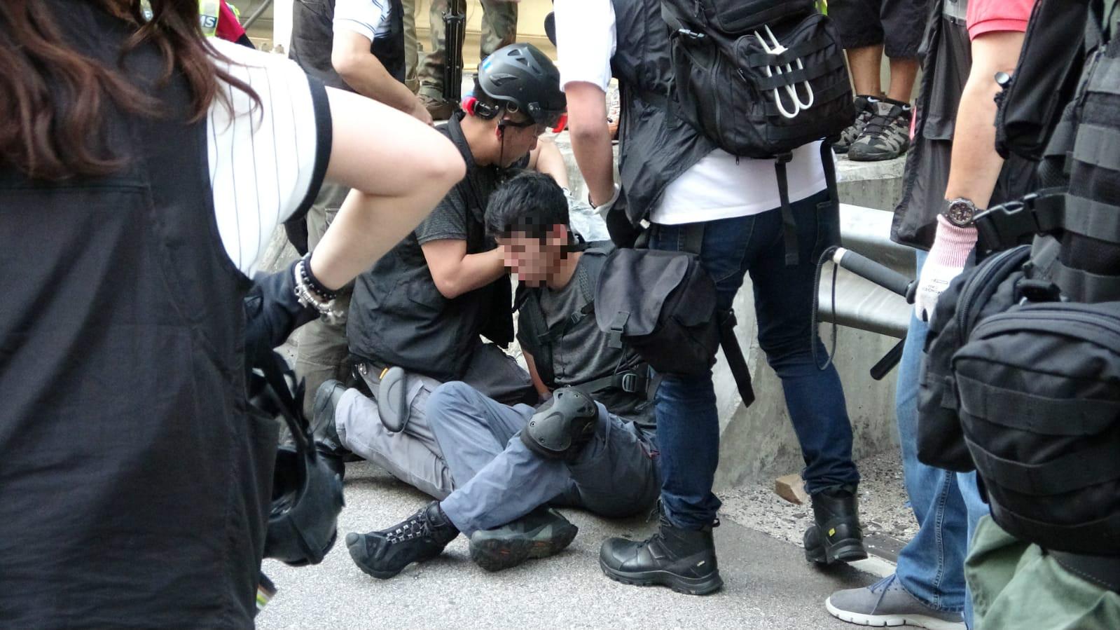 屯門公路亦有示威者被制服。