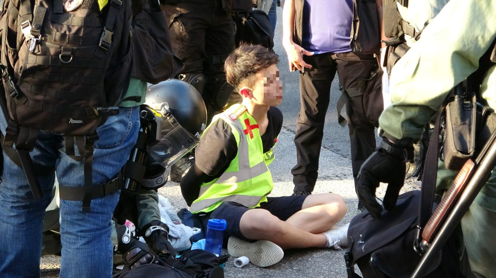 大批義務急救員被制服。