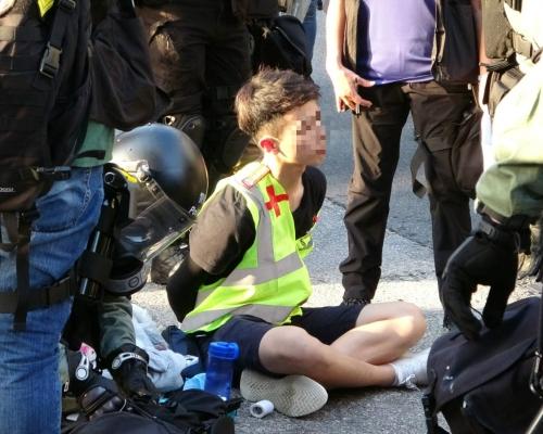 【修例風波】屯門警察制服多人 示威者四散有人爬上山坡