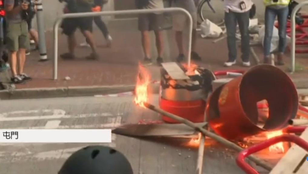 示威者焚燒雜物。有線新聞截圖