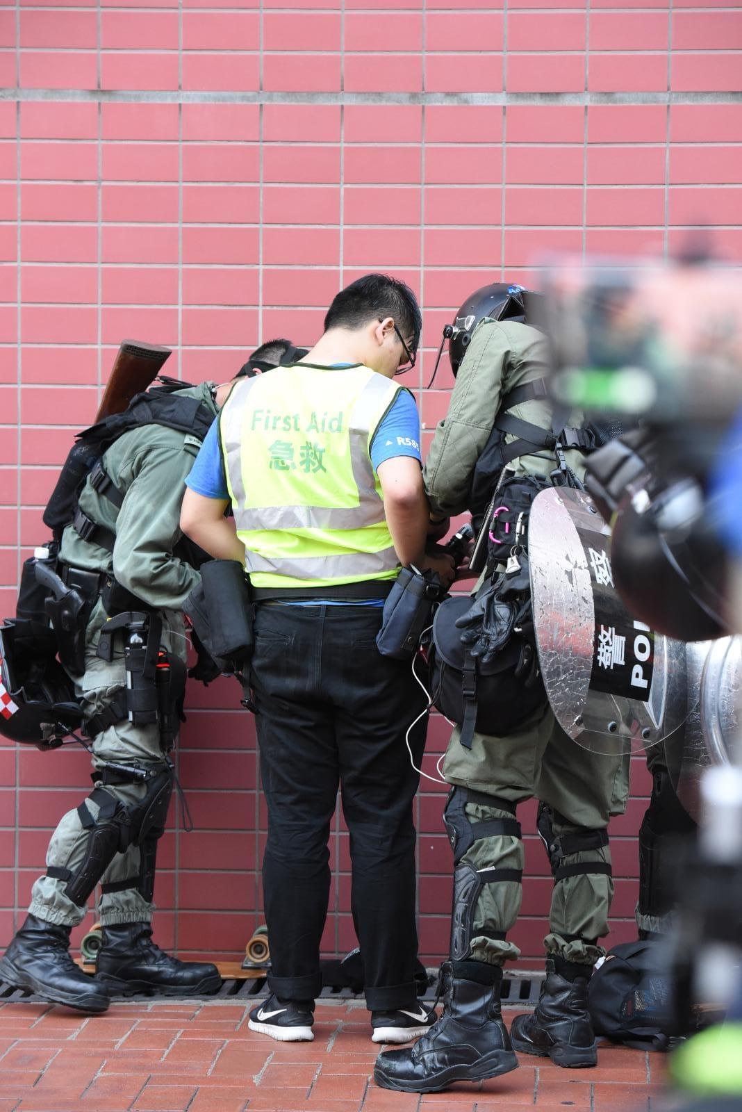屯門防暴警察制服多人