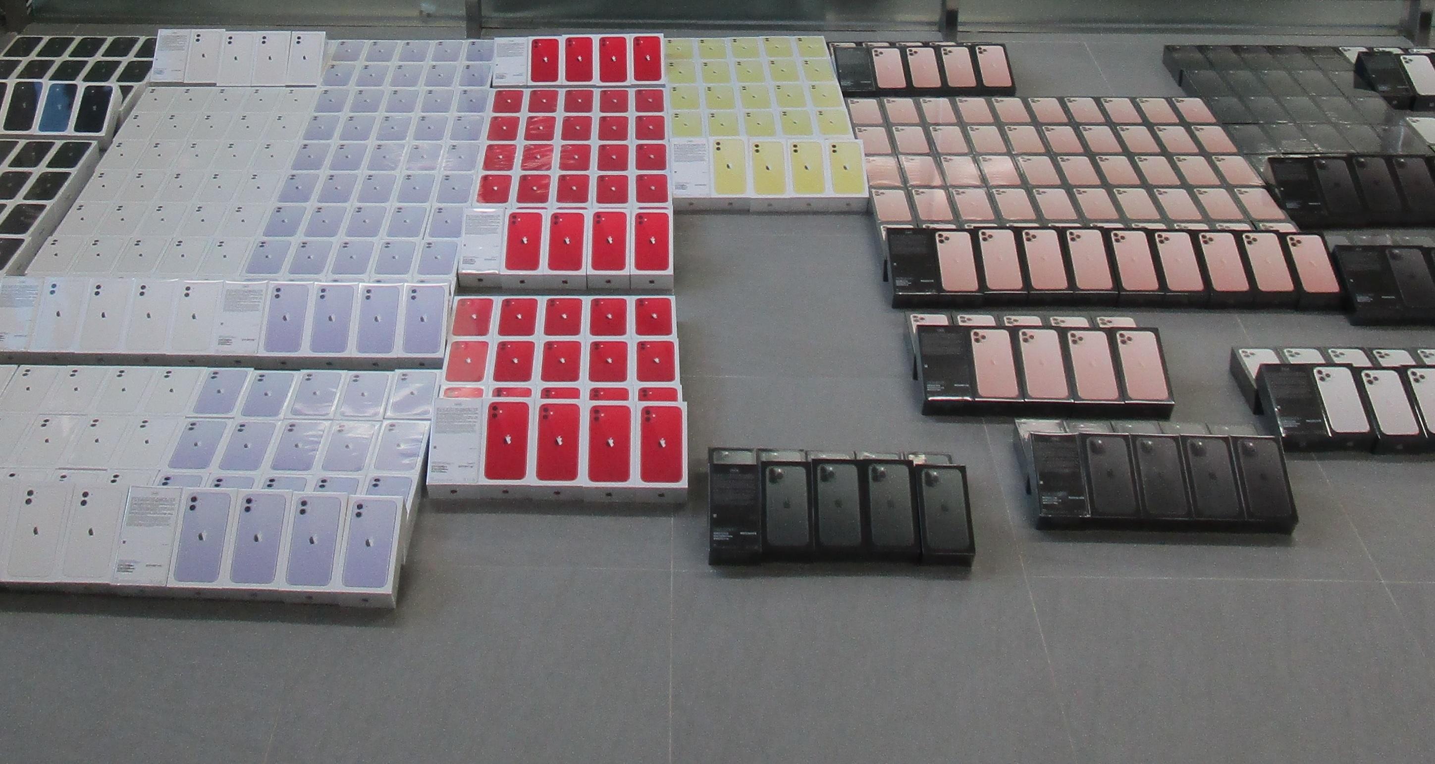 香港海關檢獲510部懷疑走私智能電話。政府新聞處圖片