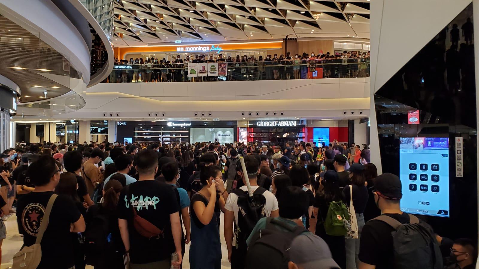 黑衣抗議人群聚集於元朗形點商場。
