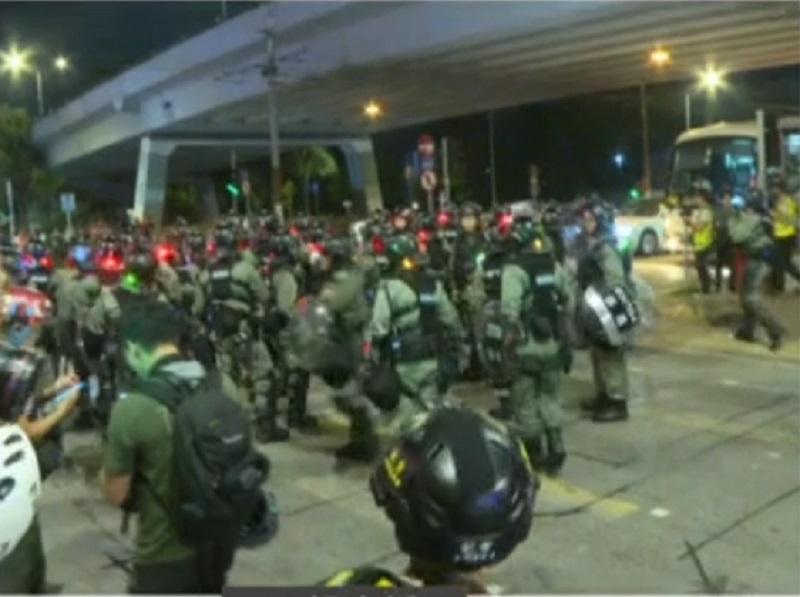 防暴警察推進。有線新聞截圖