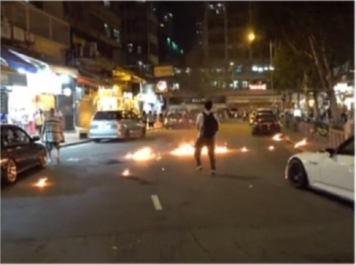 示威者縱火投擲汽油彈。有線新聞截圖
