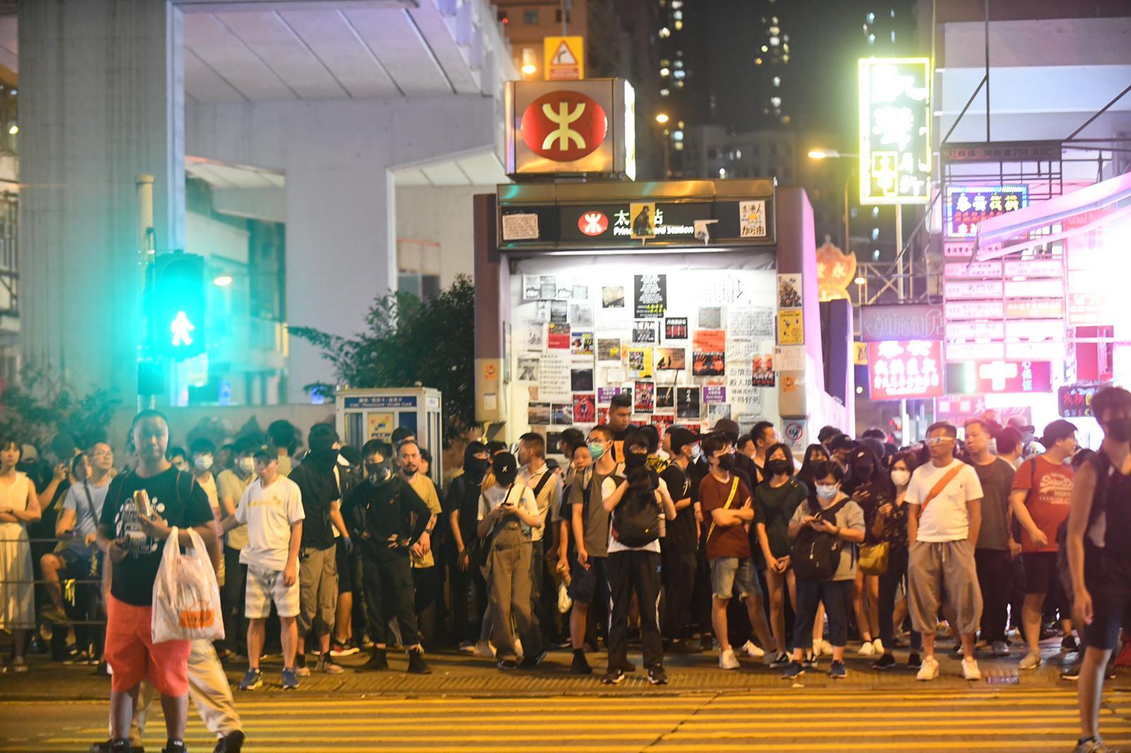 大批市民在太子站外。