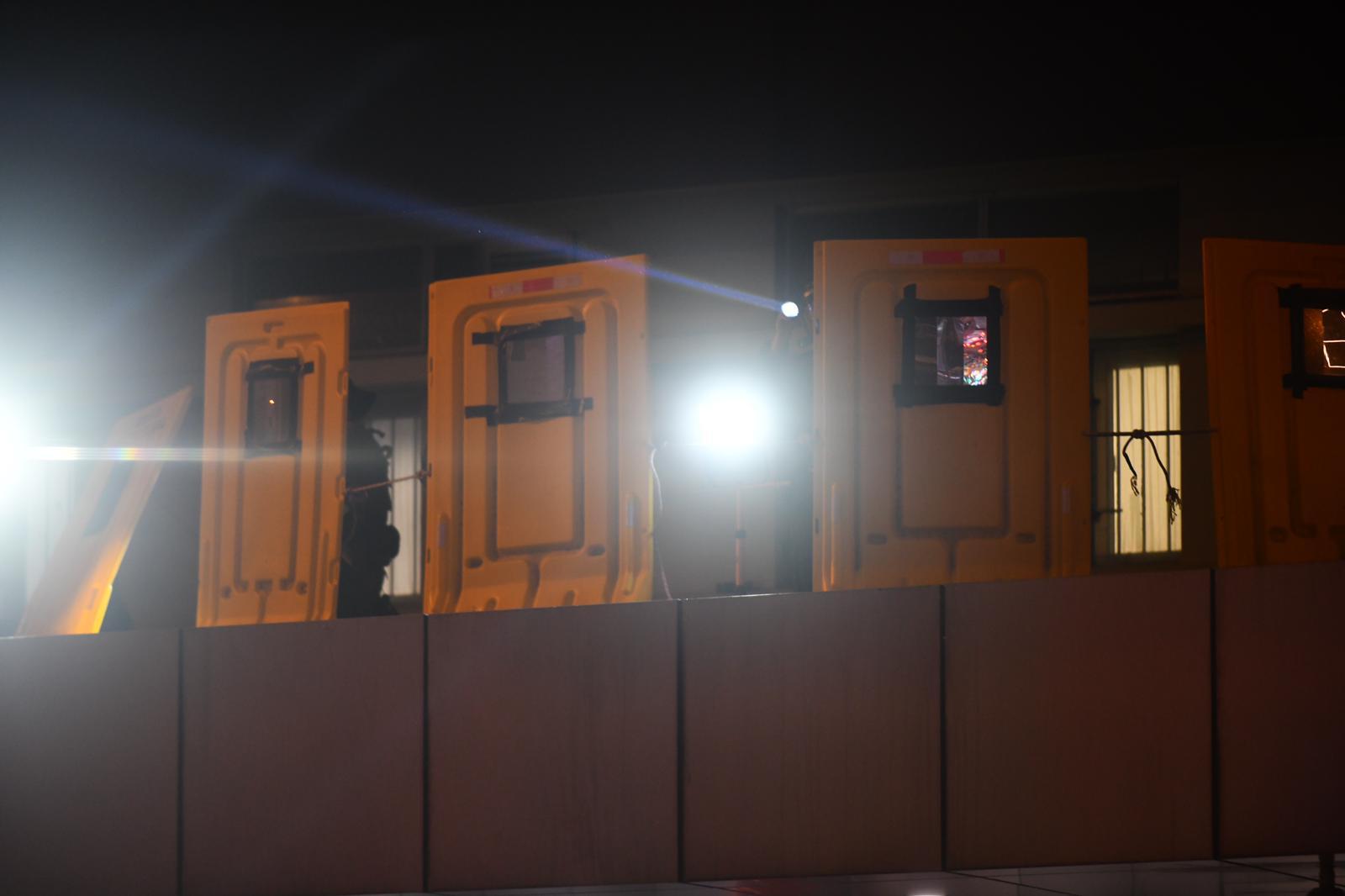 警署門口上方設置圍板。