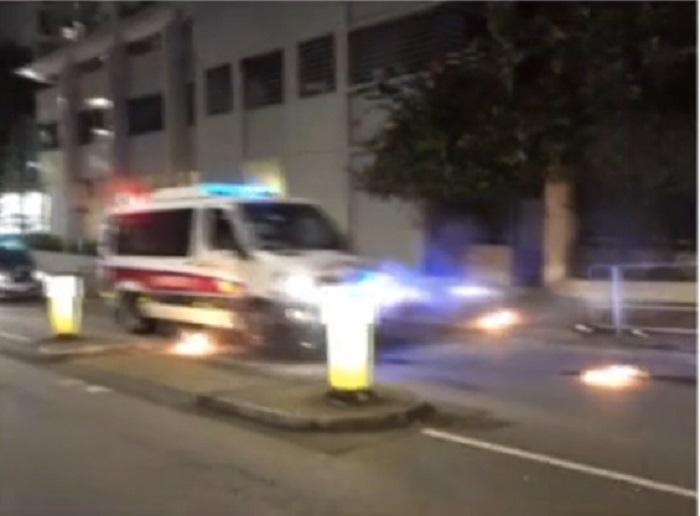 示威者向警車連環投擲汽油彈。有線截圖