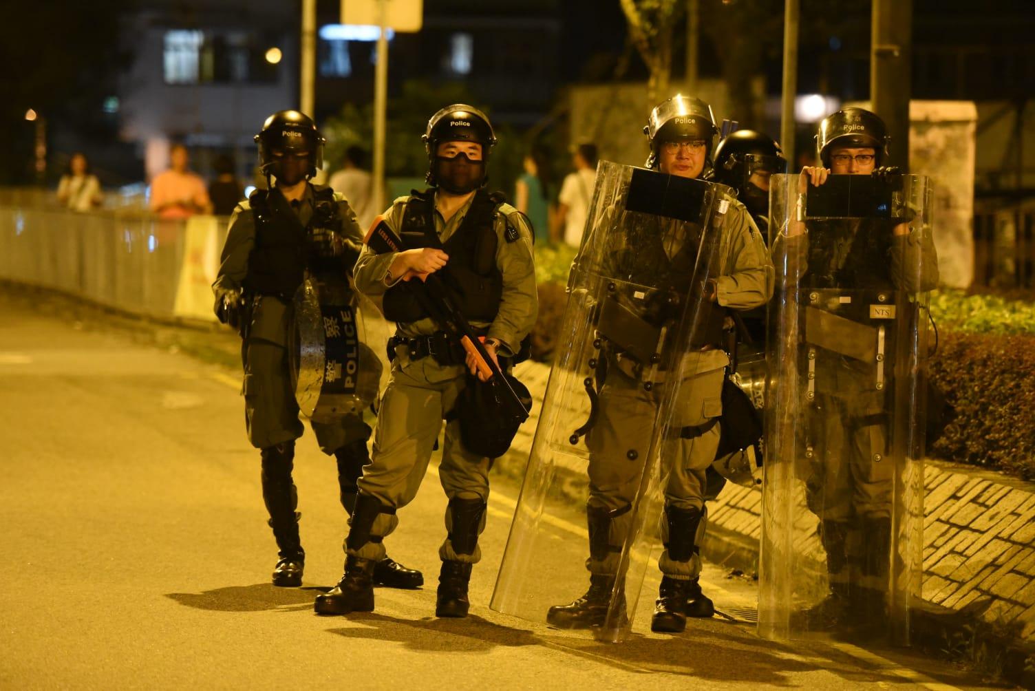【修例風波】示威者堵元朗大馬路縱火投擲汽油彈 黑衣人塗鴉掉雜物