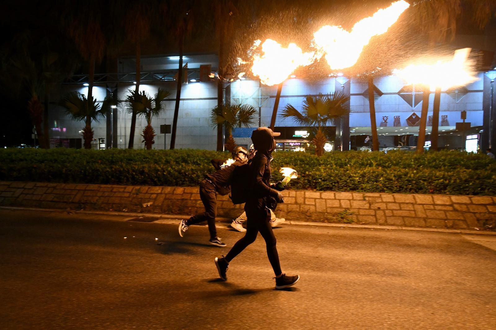 有示威者投擲汽油彈。