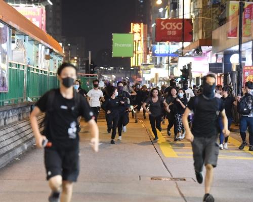 【修例風波】元朗多處縱火爭執防暴警放催淚彈 警方制服多人