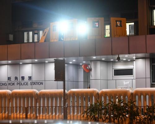 【修例風波】警方指示威者佔據彌敦道 旺角警署報案室暫停服務
