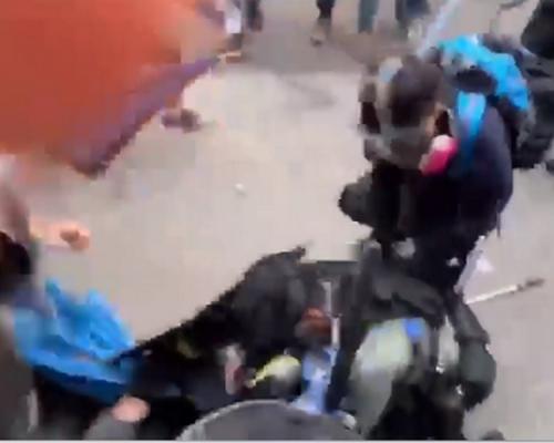 【修例風波】屯門毆警圖搶犯 示威者疑試圖搶槍