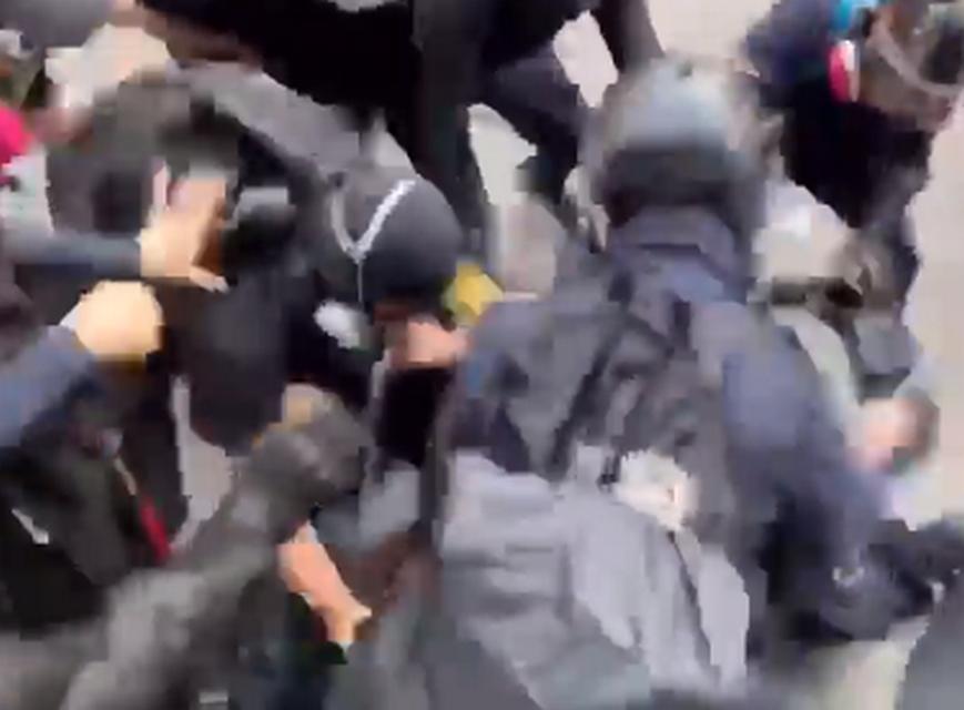 警員制服示威者時,遭多名示威者還擊圍毆。理大學生報編委會 影片截圖