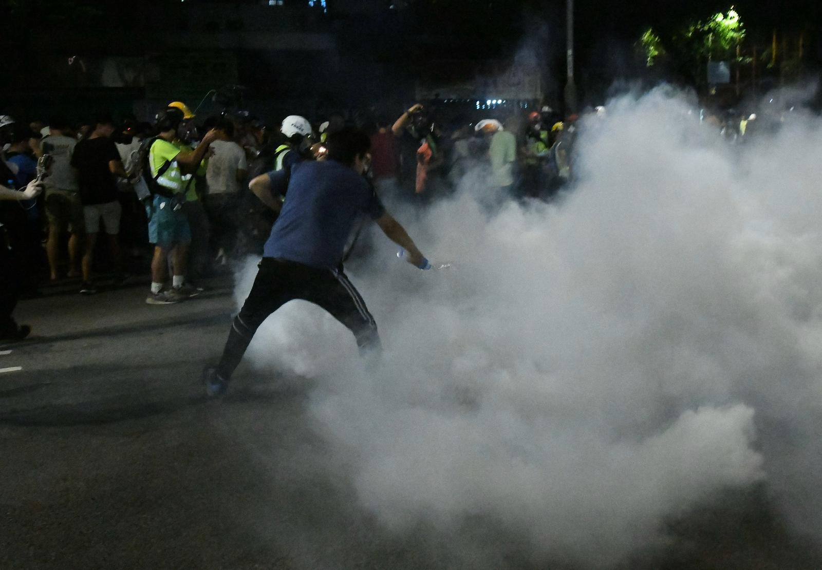 有示威者用水嘗試將催淚彈淋熄。