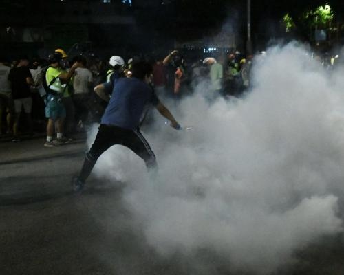 【修例風波】元朗黑衣人群進迫防暴警察 警員發射催淚彈