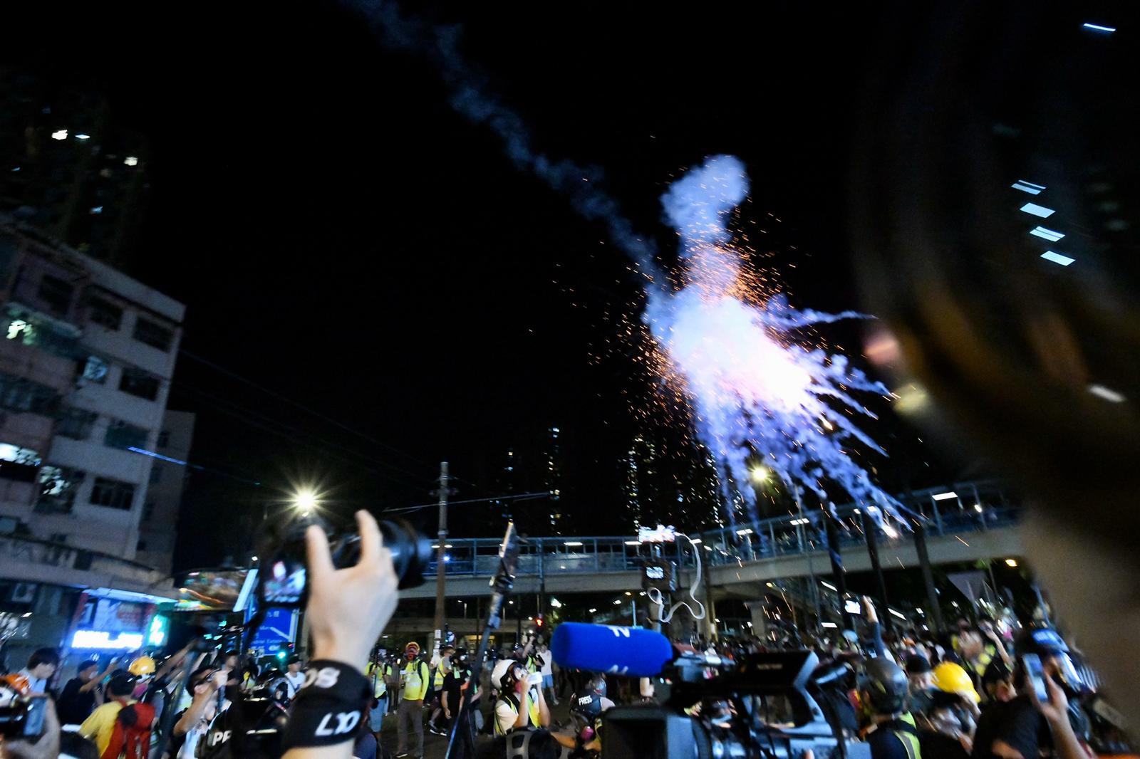 警方在深夜再發催淚彈。