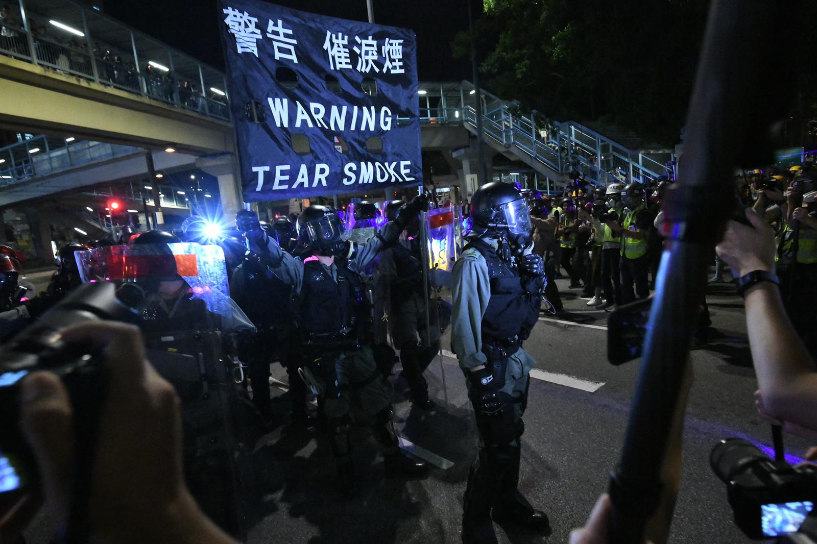 防暴警察施放催淚彈
