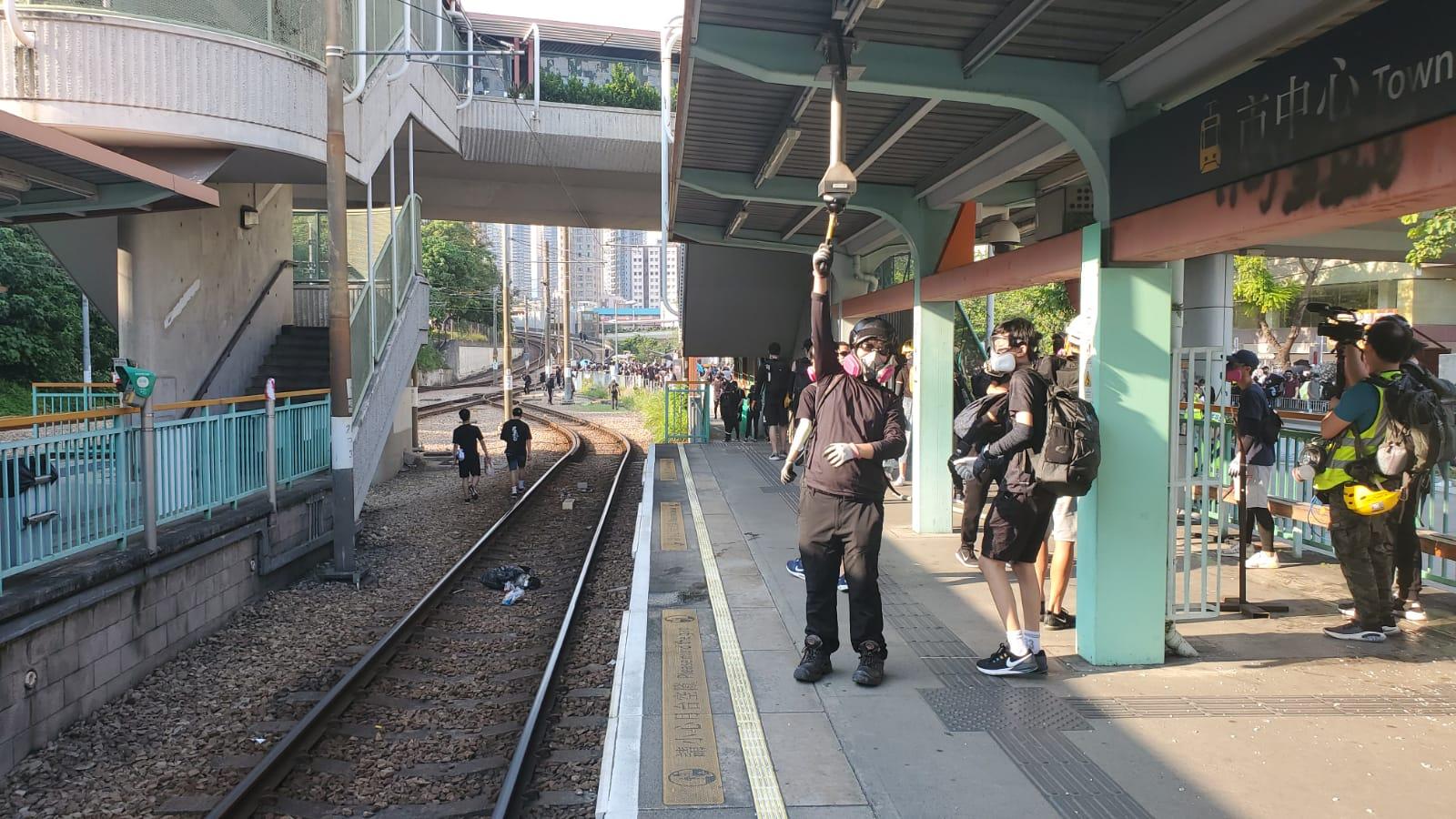 輕鐵站成為破壞目標。
