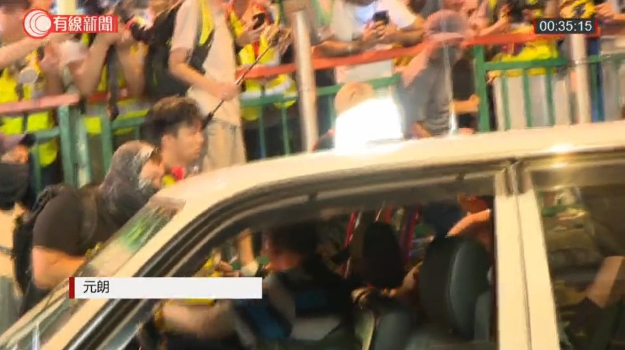 白衣男子被迫落的士。有線新聞截圖
