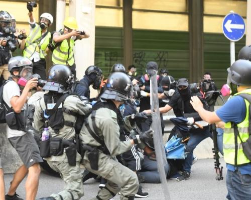 【修例風波】警方嚴厲譴責試圖搶槍 「會以相應武力加以制止」