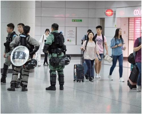 【修例風波】網民擬再塞機場交通 防暴警香港站內外戒備
