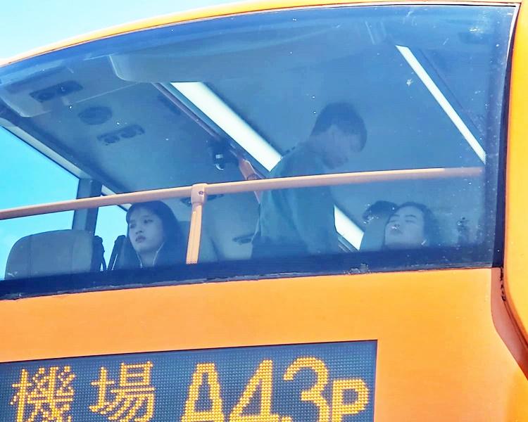 警員登上巴士搜查。