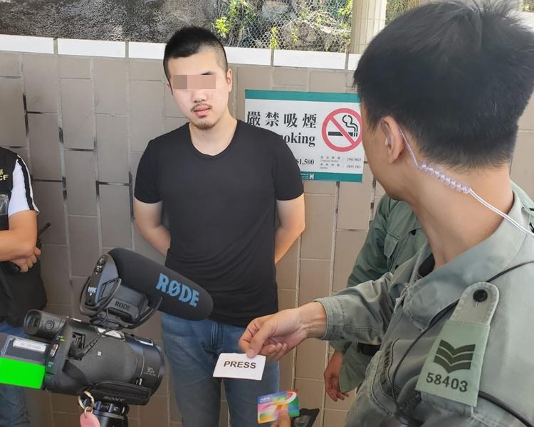 警方在男子的隨身物品搜出頭盔和懷疑假記者證。