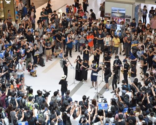 【修例風波】新城市廣場「和你shop」示威者喊口號唱反修例歌