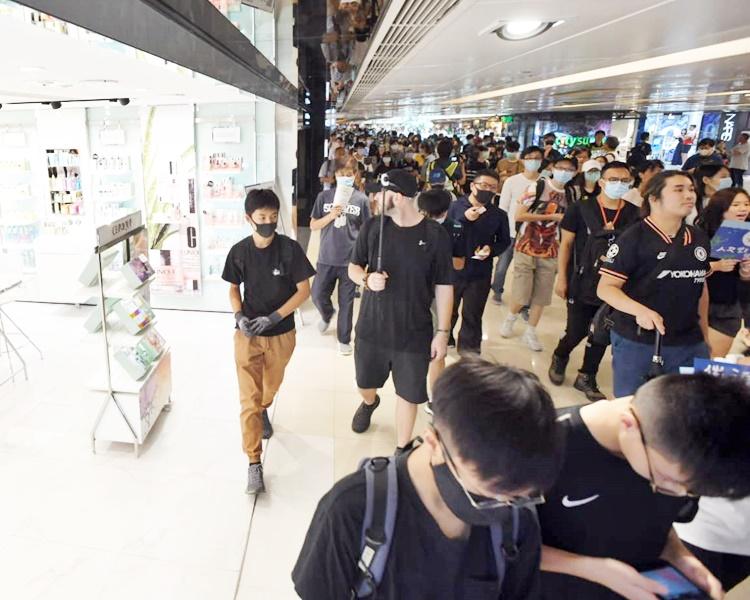 示威者在商場游走,沿途高喊口號。