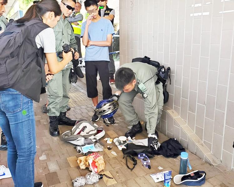 下午再有一名年青乘客被搜出頭盔、防毒口罩和手套,被警方帶走。
