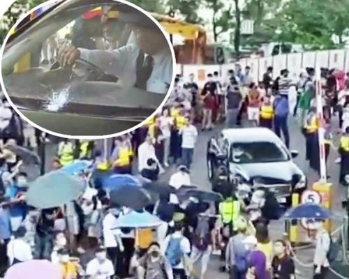 【修例風波】示威者青衣包圍聶德權座駕 硬物擲爆擋風玻璃
