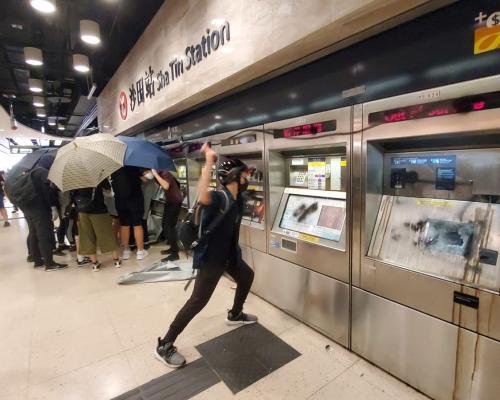 【修例風波】示威者破壞沙田站防暴警察驅散 電視台攝影師器材被毀
