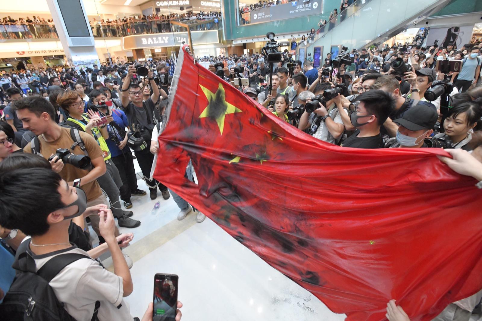 沙田大會堂國旗被拆下被人踐踏