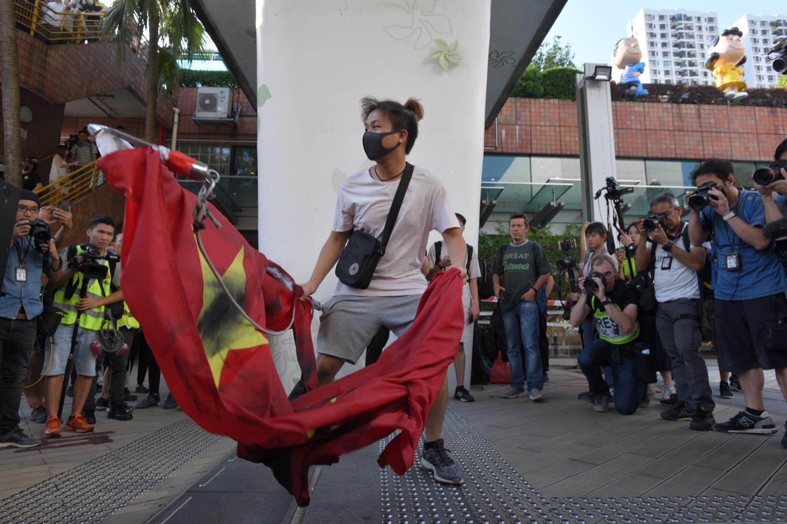 【修例風波】沙田示威者扯下國旗踐踏塗黑撕毀 丟入城門河