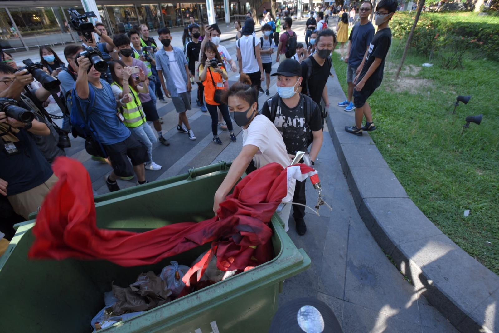 有示威者將國旗連同垃圾桶推落沙田公園的水池