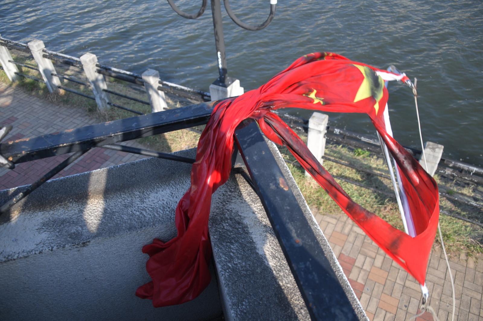 有示威者將國旗掉落城門河