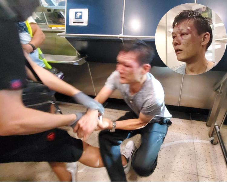 男子被黑衣示威者踢中。