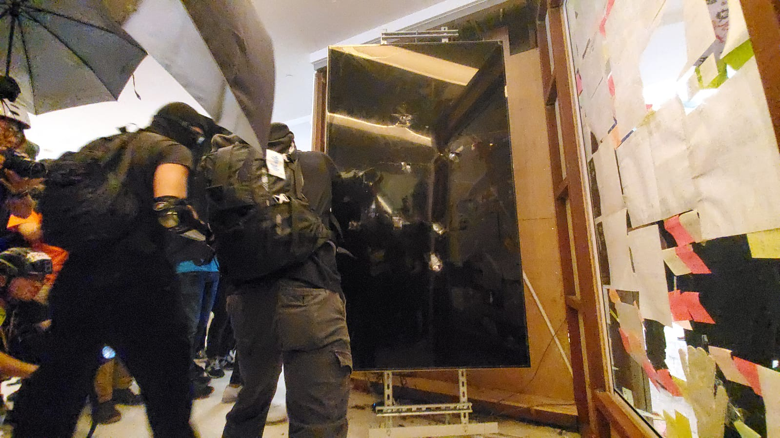 示威者破壞沙田站及新城市廣場設施。