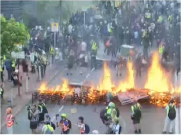 示威者利用乾草縱火。有線新聞截圖