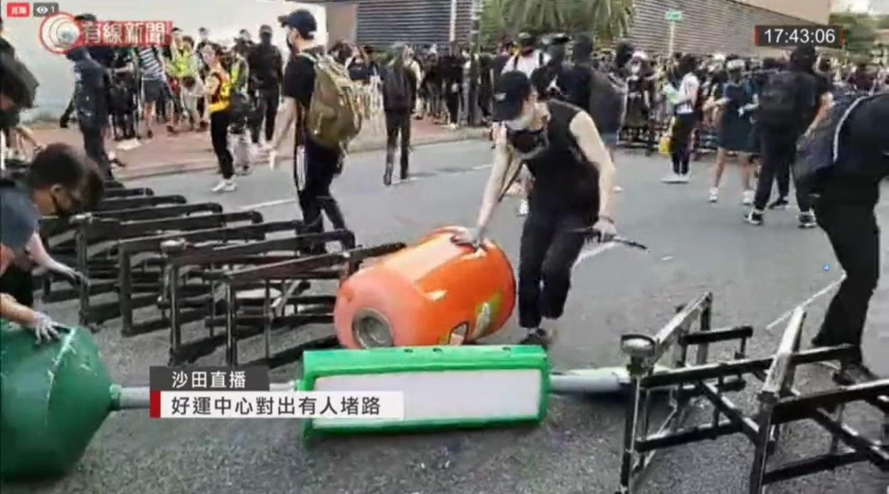 示威者堵路。有線新聞截圖