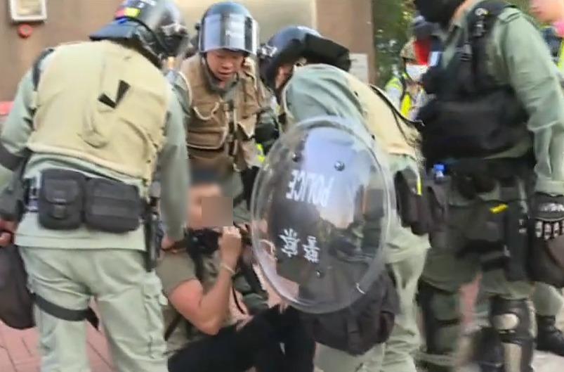 防暴警察制服一名人士。有線新聞截圖
