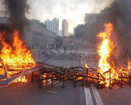 【修例風波】示威者沙田縱火擲磚頭 防暴警察發射催淚彈海綿彈驅散